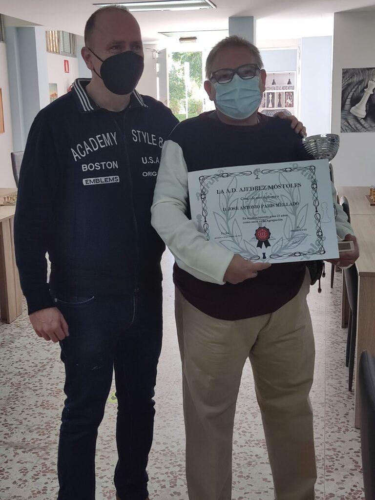 Nuestro presidente Javier Moreno con Jose Antonio París mostrando su diploma